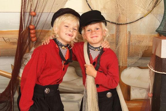 Verwonderlijk Foto in Volendamse klederdracht | Oerhollands genieten nabij TB-75