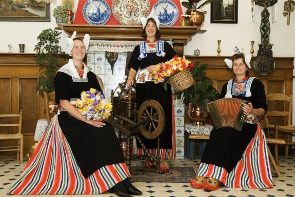 Spiksplinternieuw Foto in Volendamse klederdracht | Oerhollands genieten nabij OA-81